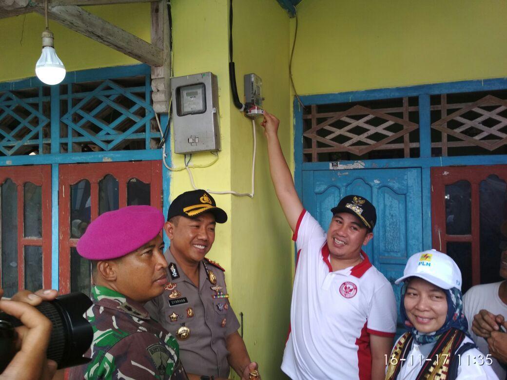 LAMPUNG POST | PLN dan Pemkab Pesawaran Terangi Pulau Pahawang