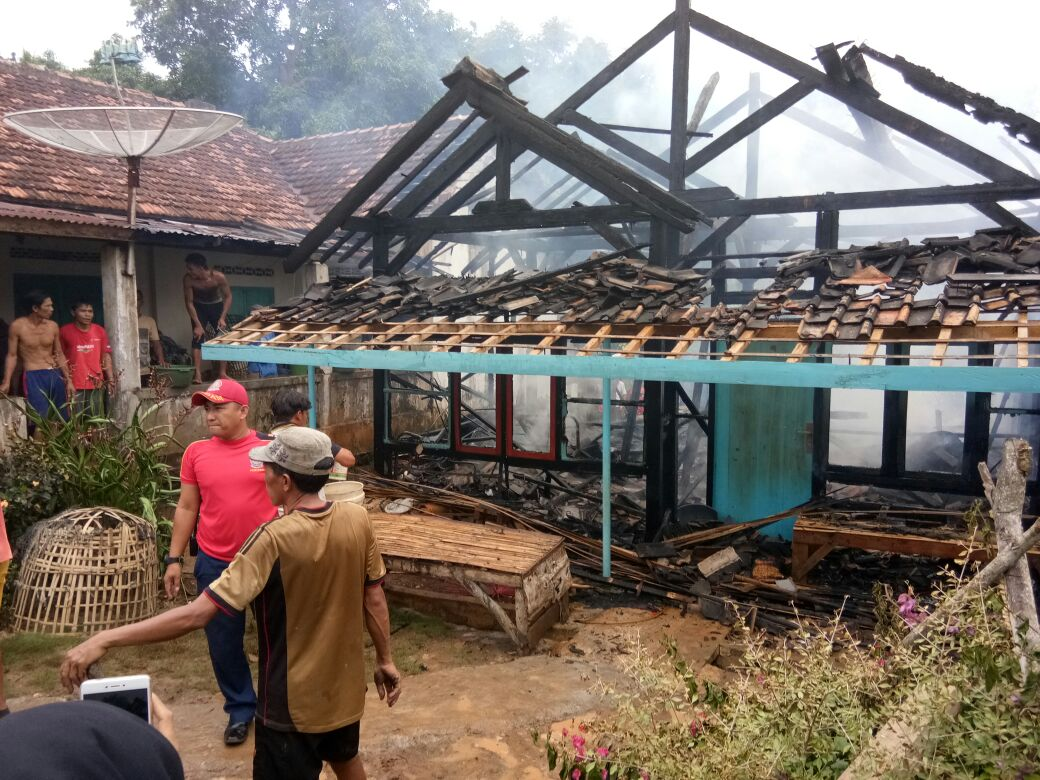 LAMPUNG POST   Ditinggal Ke Kebun, Rumah Terbakar  di Desa Canggu