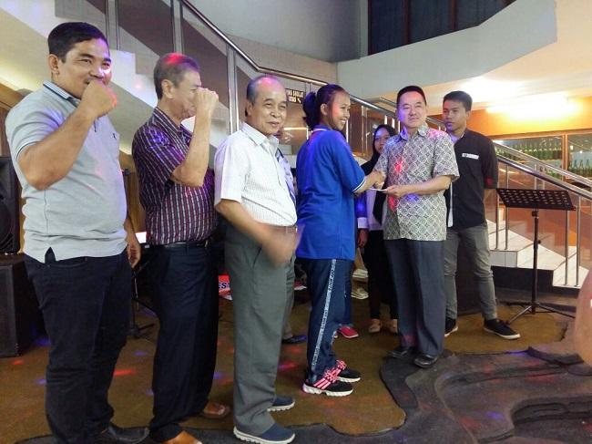 LAMPUNG POST | Enam Atlet Wushu Lampung Terima Tali Asih