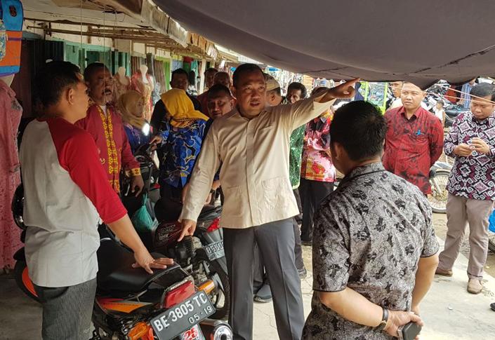 LAMPUNG POST | Bupati Umar Minta Pedagang Dukung Pembangunan Pasar Modern Pulungkencana