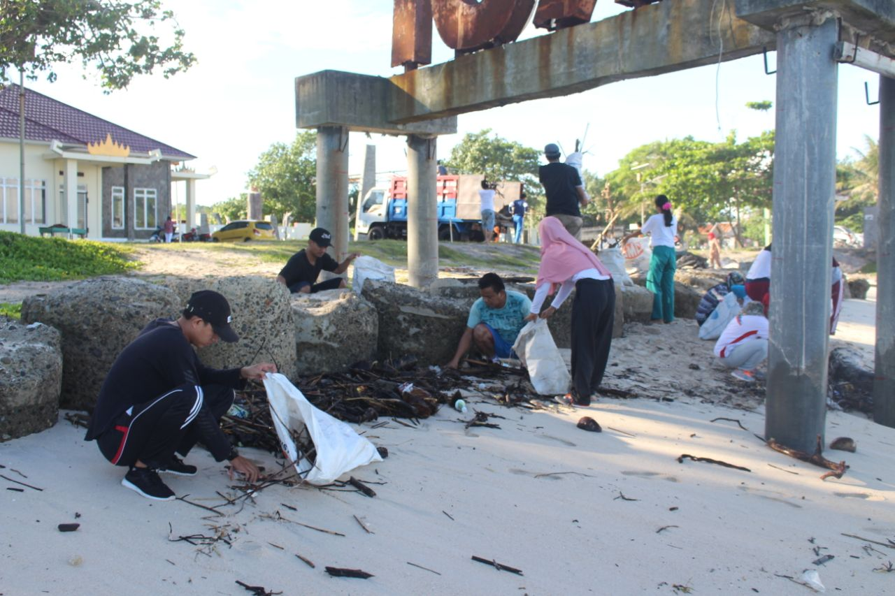 Masyarakat Pesisir Barat Gotong-royong Bersihkan Pantai