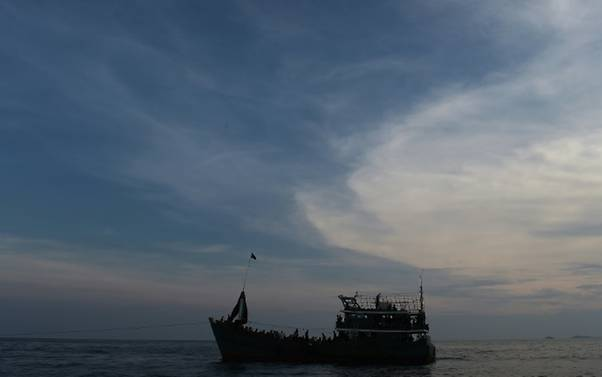 LAMPUNG POST | Terapung di Laut, Lima Pengungsi Rohingya Diselamatkan Nelayan Indonesia