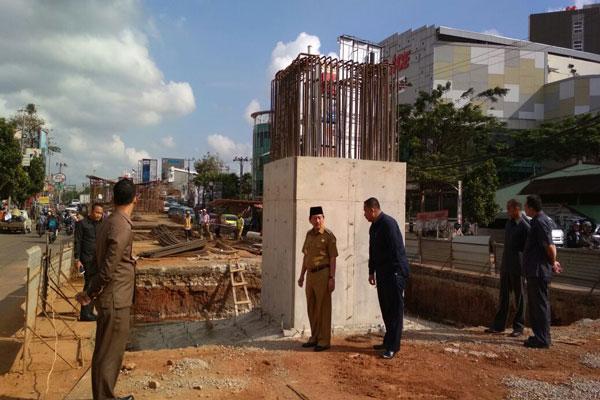 LAMPUNG POST | Pemkot Bongkar Lubang Galian Tiang Flyover MBK