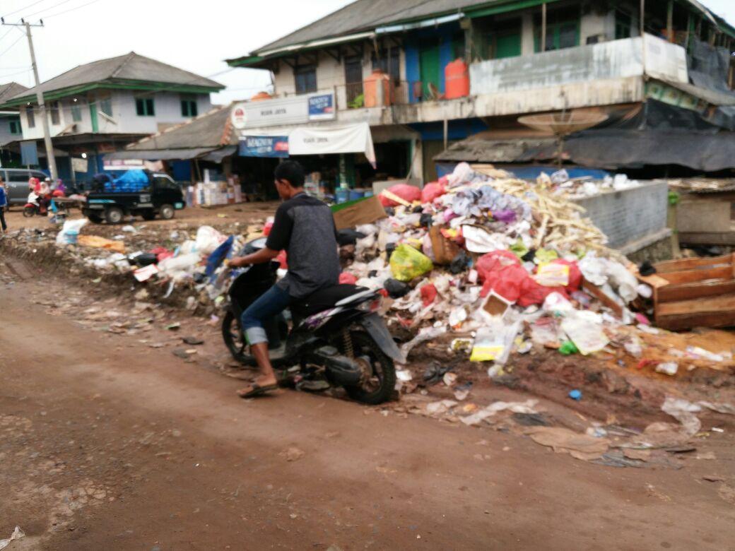 LAMPUNG POST   Sampah Menumpuk, Dinas Perdagangan Bentuk Tim Pengelolaan Sampah yang Baru