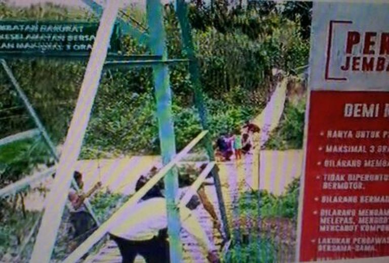LAMPUNG POST | VIDEO: Warga Jelujur, Rulungmulya Bergotongroyong Rawat Jembatan Gantung