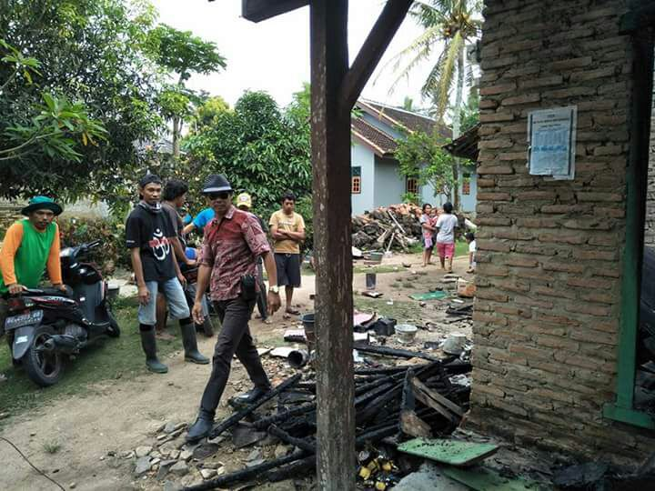 LAMPUNG POST | Listrik Padam, Rumah Janda Tua Ludes Terbakar
