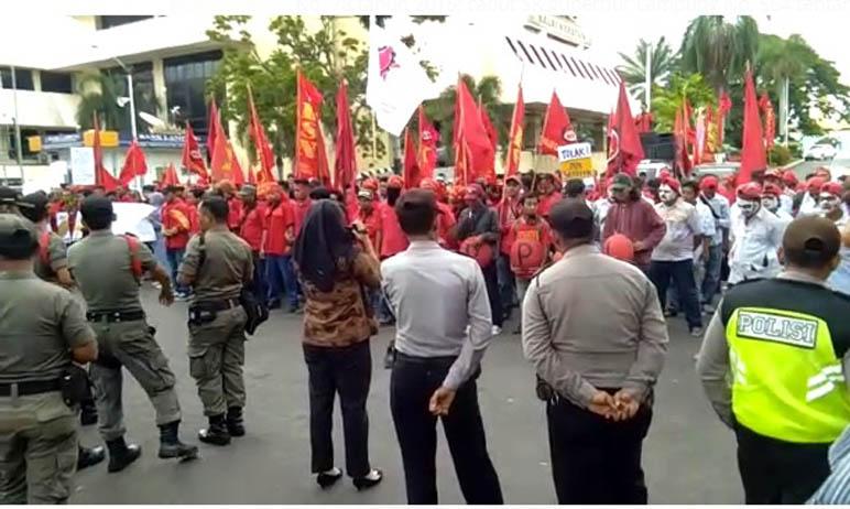 LAMPUNG POST   Demo Buruh Tuntut 10 Poin Terkait Upah