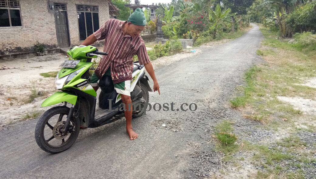 LAMPUNG POST | Jalan Lapen di Baliagung yang dibangun dari Dana Desa  Mulai Terkelupas