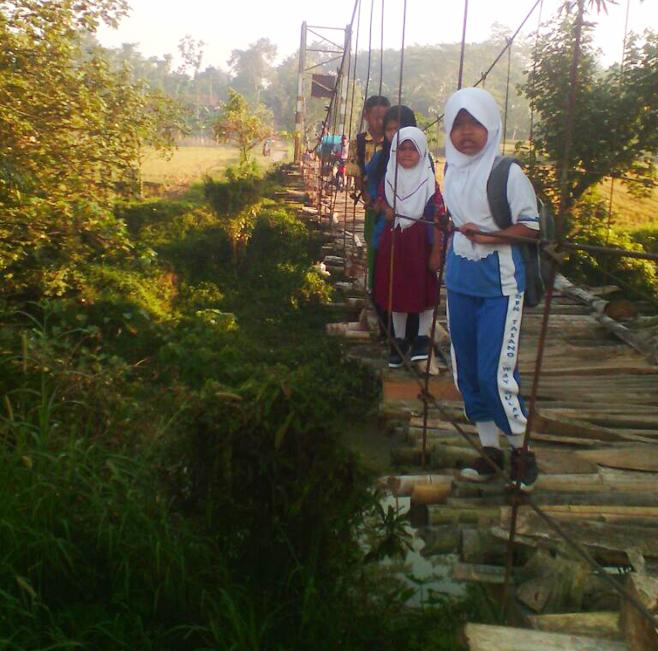 LAMPUNG POST | Warga Talang Waysulan Harapkan Perbaikan Jembatan Gantung
