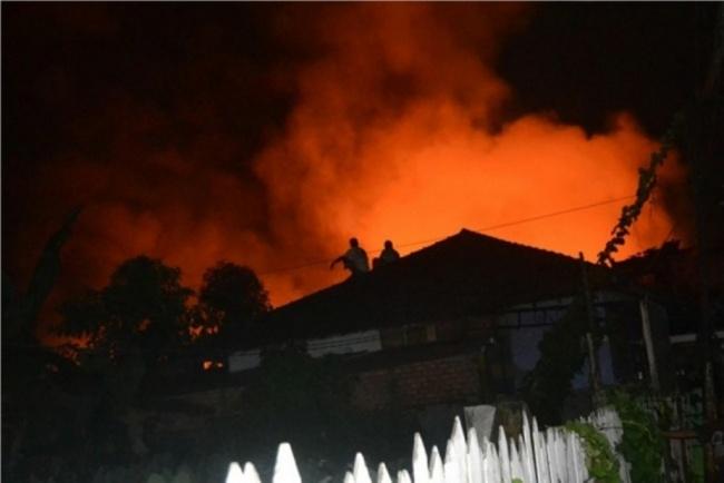 LAMPUNG POST | Kebakaran Hanguskan Kontrakan di Jatinegara, Empat Orang Tewas
