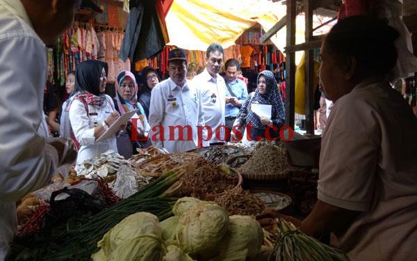 LAMPUNG POST | Tim Sidak Harga di Pasar Inpres Kalianda