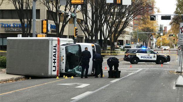 LAMPUNG POST | Mobil Van Tabrak Kerumunan Polisi di Kanada, 5 Orang Terluka