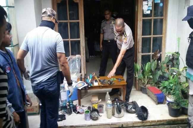 LAMPUNG POST | Polisi Temukan Bahan Pembuat Bom Panci di Rumah Warga Cileunyi