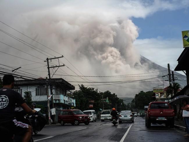 LAMPUNG POST   Gunung Mayon di Filipina Meletus, 56 Ribu Warga Dievakuasi
