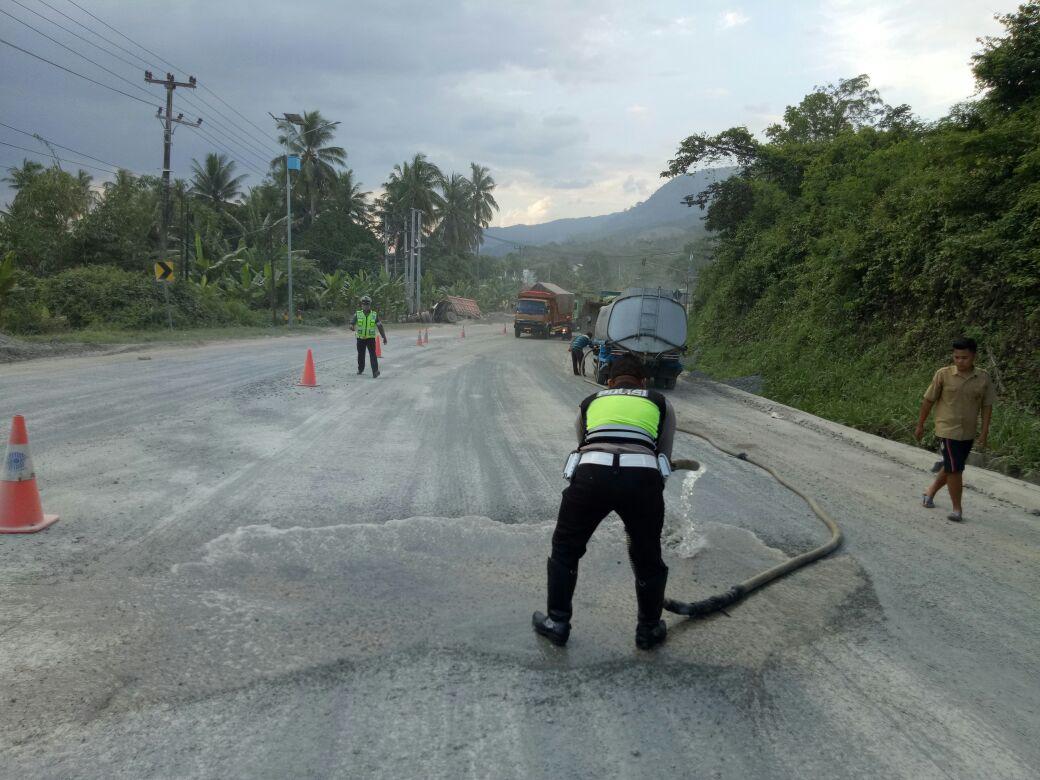 Satlantas Polres Lamsel Bersihkan TKP Kecelakaan Beruntun