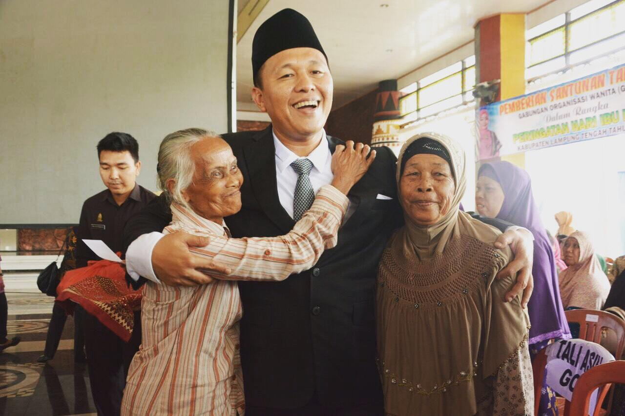 Mustafa Berbagi Kasih Sayang dengan Para Ibu di Lampung Tengah