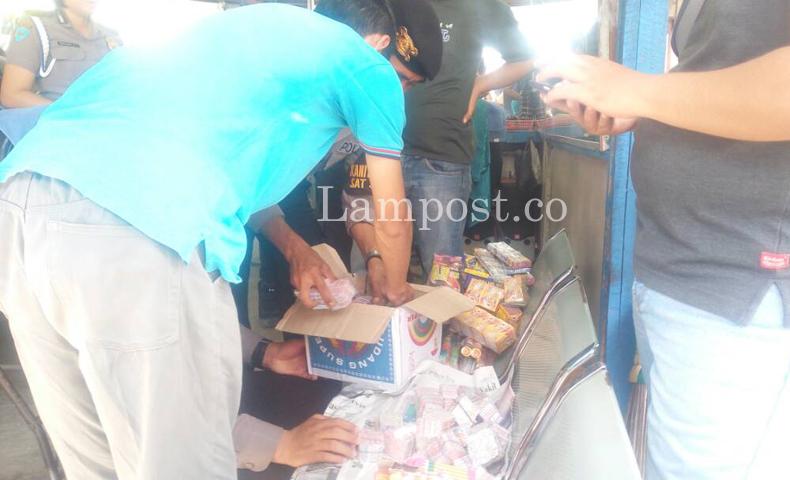 LAMPUNG POST | Polresta Sita 18 Ribu Petasan di Pasar Way Halim