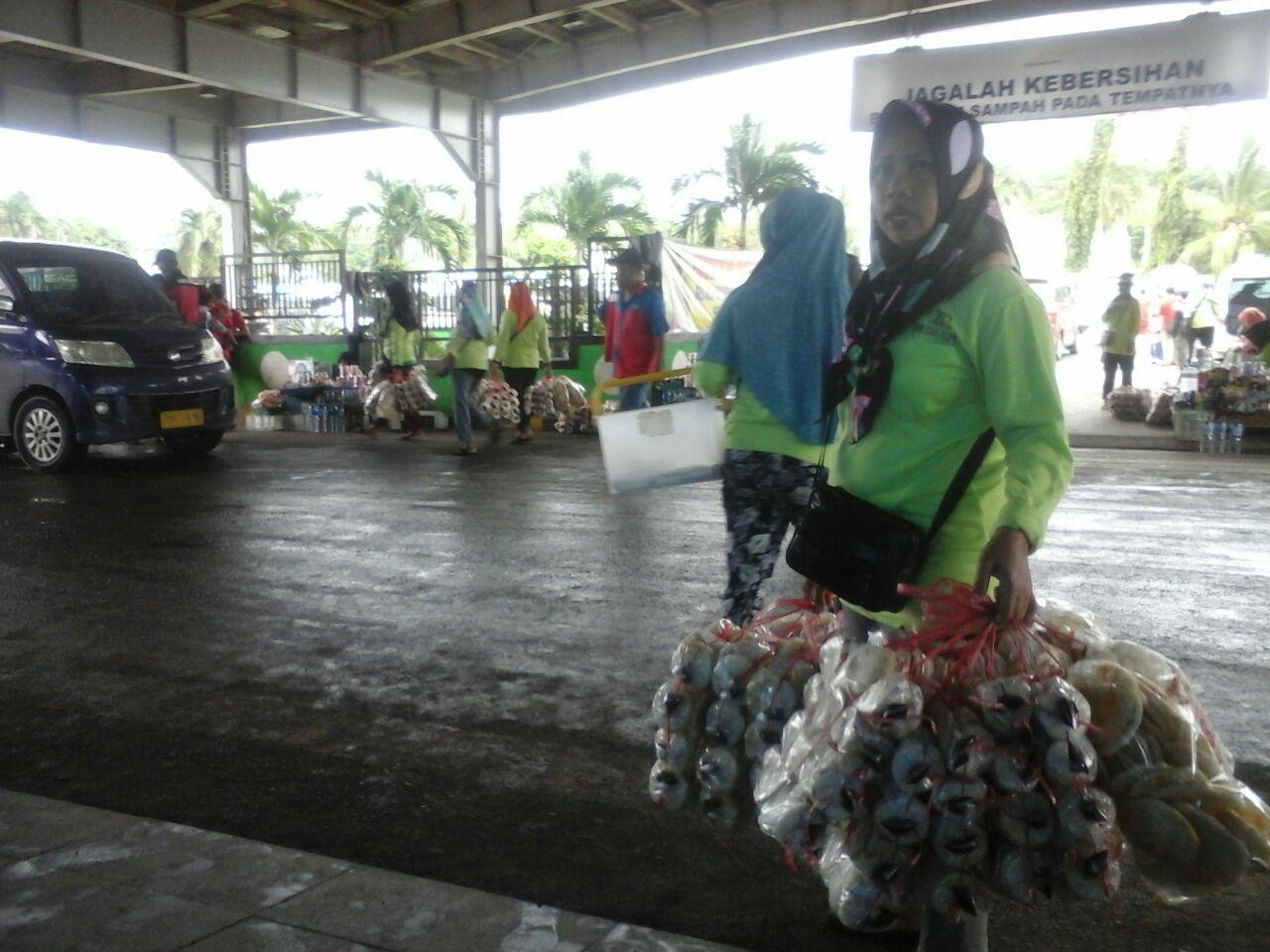 LAMPUNG POST | Mengais Rezeki Kemplang di Pelabuhan