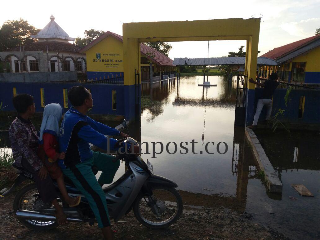 Banjir Tak Kunjung Surut, Anak Kampung Cabang Belajar di Tenda Darurat