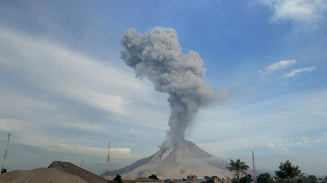 LAMPUNG POST | Gunung Sinabung Semburkan Abu Vulkanik Setinggi 3,5 Km