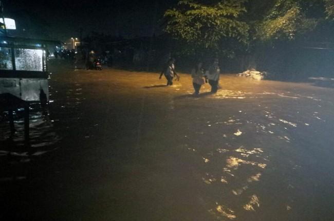 Banjir Lumpuhkan Sejumlah Jalan di Kabupaten Bandung