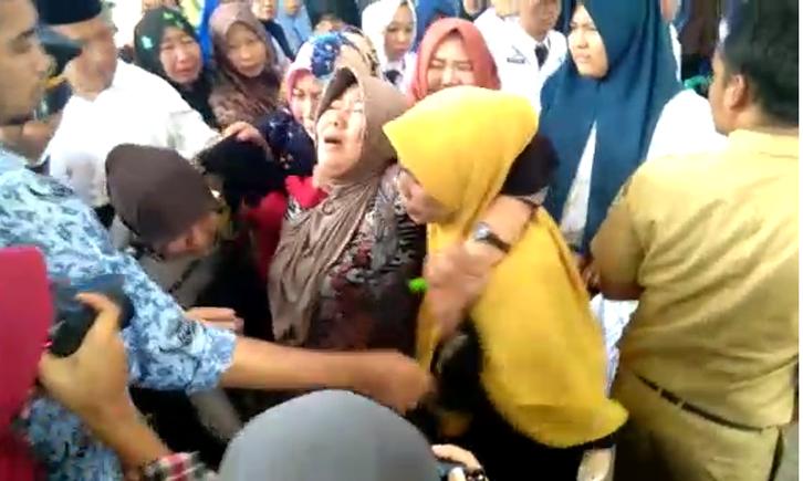 LAMPUNG POST   VIDEO: Jenazah Dhea Tiba di Rumah Duka, Tangis Keluarga Pecah