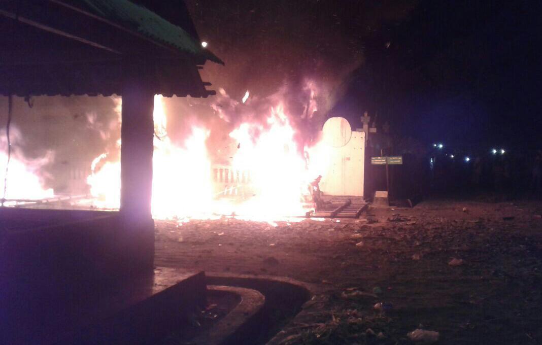 LAMPUNG POST | Setelah Diarak, Ogoh-ogoh Lambang Kejahatan itu Dibakar.