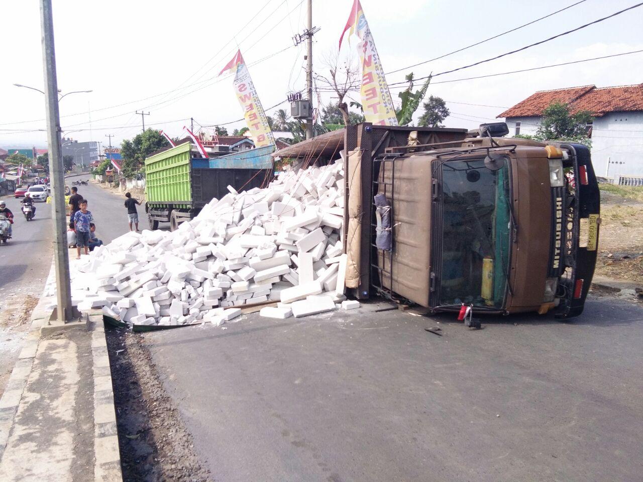 LAMPUNG POST | Truk Muatan Batako Terbalik, Jalan Pramuka Ditutup Sebagian