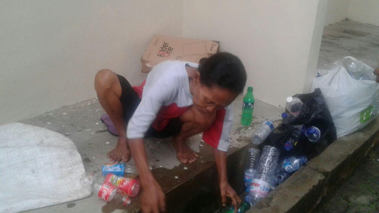 LAMPUNG POST | Demi Jajan Cucu, Rela Bergumul dengan Sampah