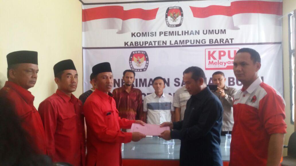 LAMPUNG POST | Pendaftaran PDIP Lampung Barat  Diiringi Atraksi Budaya