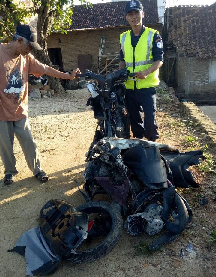LAMPUNG POST   Hendak Tertabrak Kereta Api, Ibu dan Anak Loncat dari Motor