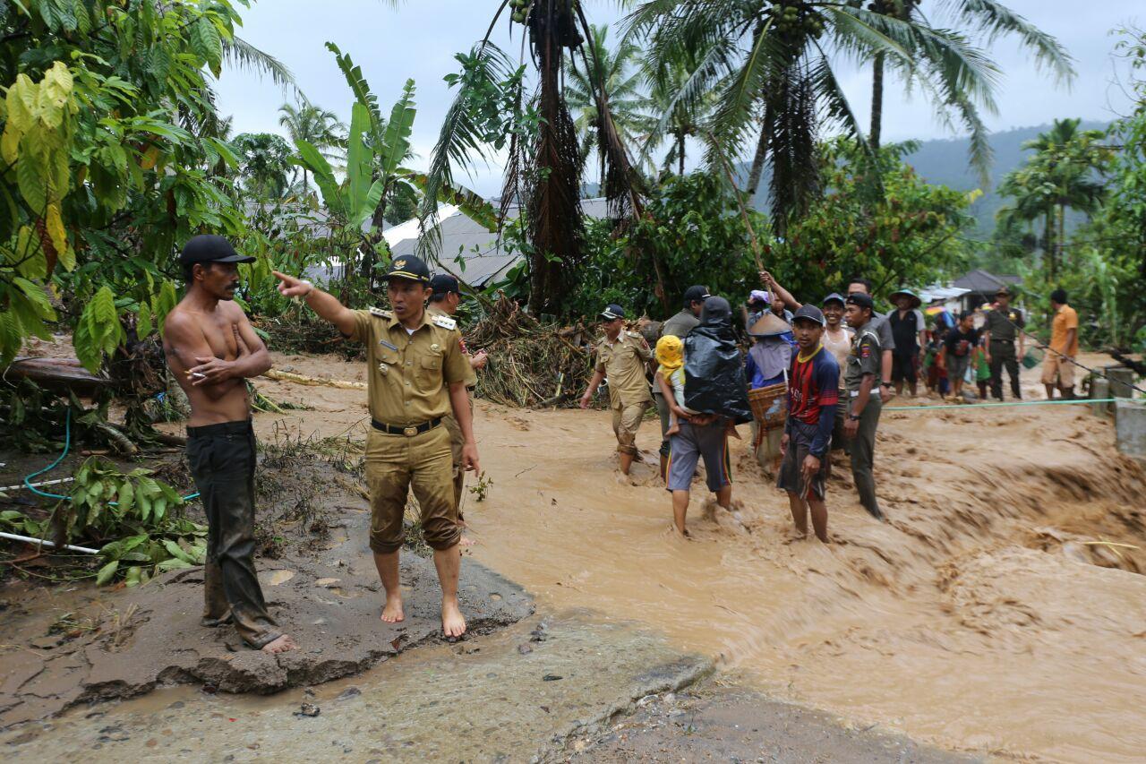 LAMPUNG POST | Bupati Lambar Tinjau Banjir di Bandar Negeri Suoh