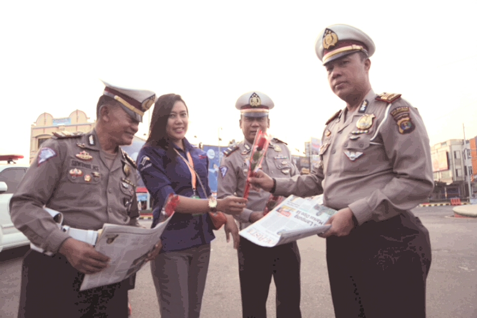 LAMPUNG POST   Wakasat Lantas dan Warga Apresiasi HUT Lampung Post ke-43
