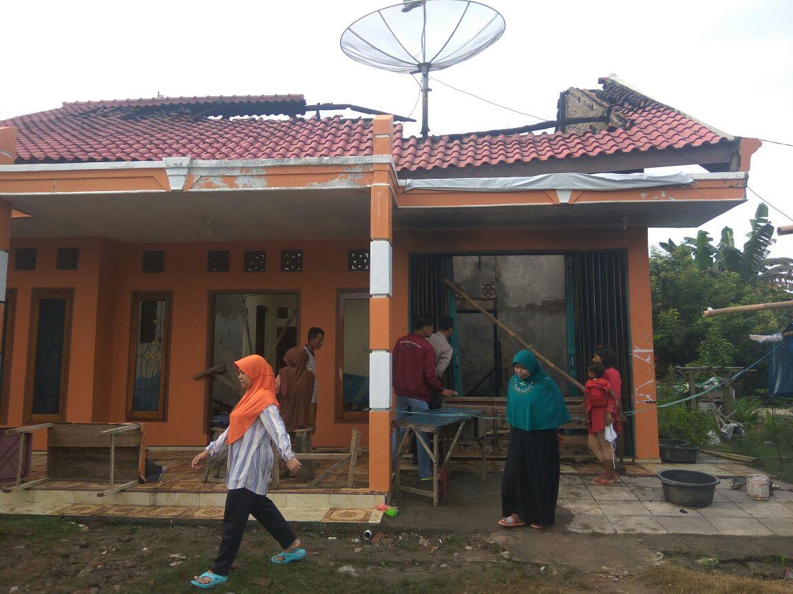 LAMPUNG POST | Rumah Pedagang Bensin Eceran Terbakar, Kerugian Puluhan Juta Rupiah