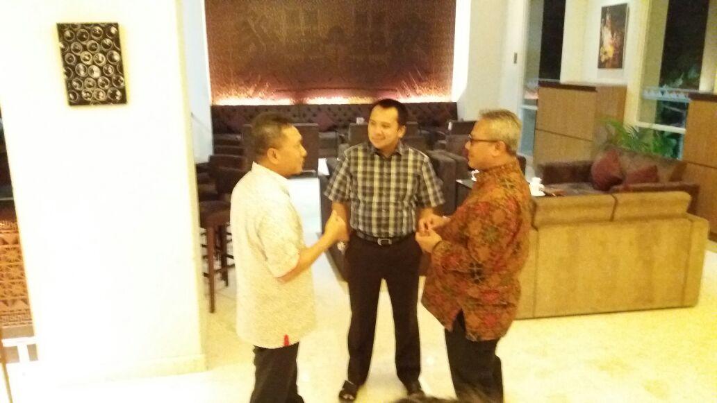 Tiga Tokoh Politik Berbincang Akrab di Satu Hotel