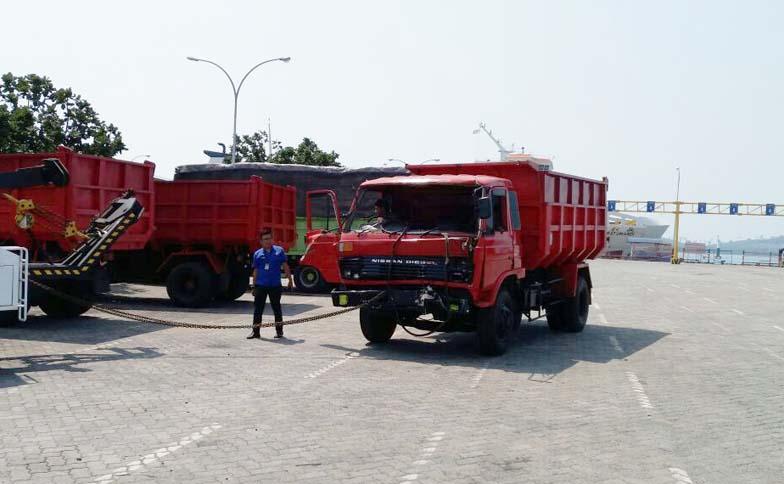 LAMPUNG POST | Rem Blong, Truk Serempet Pemulung di Dalam Kapal KMP Dharma Rucita
