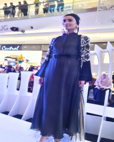 LAMPUNG POST | Fashion Show Desainer Muda Diminati Pengunjung