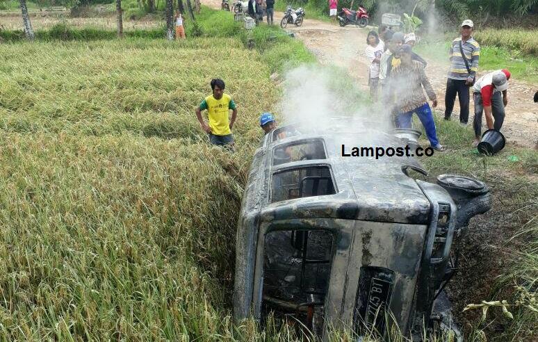 Minibus Terbakar di Katibung, Satu Tewas Empat Luka dan Satu Selamat