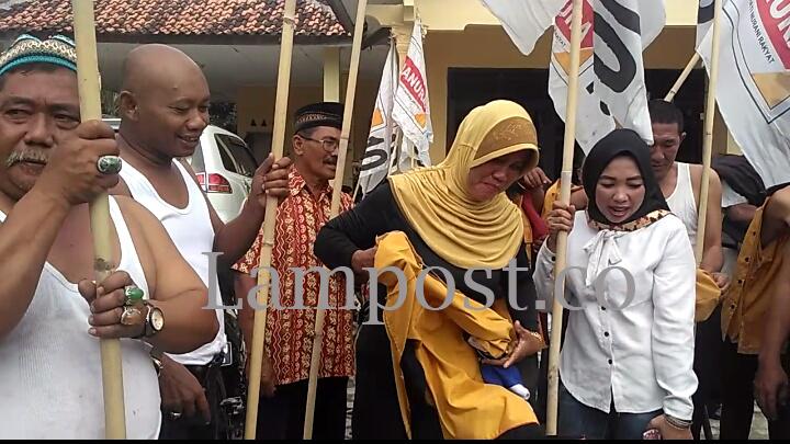 Kecewa Atas Putusan DPP, DPC Partai Hanura Tubaba Copot Atribut Partai