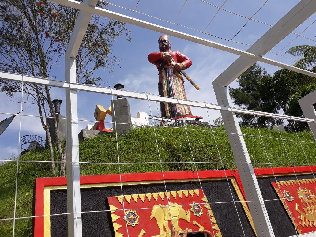 Tokoh Adat Pertanyakan Wajah Patung pada Tugu Sekura Lambar Tak Kunjung Diperbaiki
