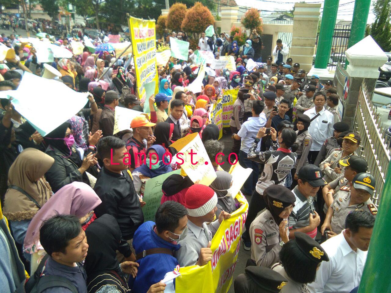 LAMPUNG POST | Massa Gabungan Memaksa Masuk ke Halaman Kantor Kejati Lampung