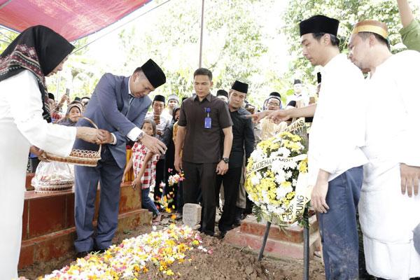Gubernur Lampung Menangis Lepas Jenazah Adeham