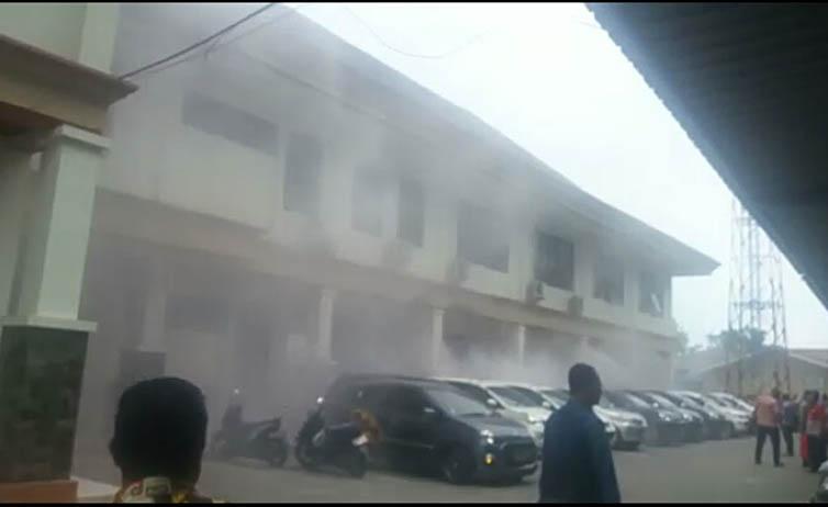 LAMPUNG POST | VIDEO: Kantor Sekretariat Pemkab Lamsel Nyaris Terbakar, Pegawai Panik Berhamburan