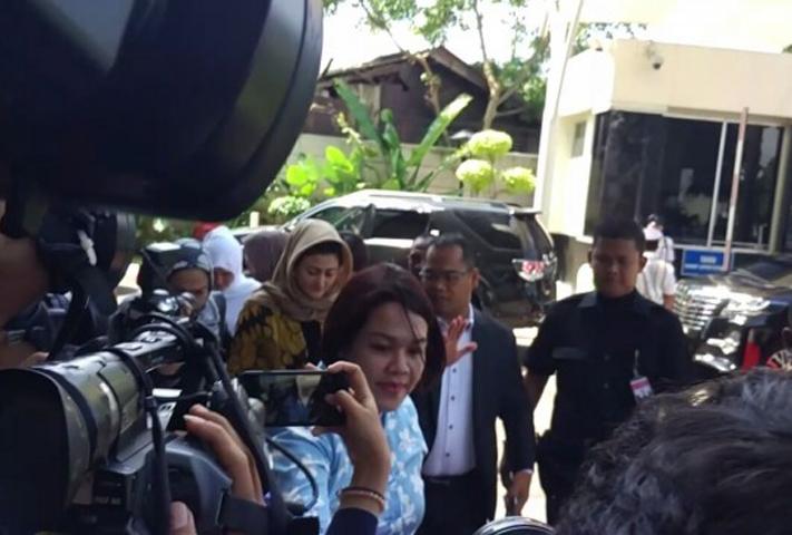 LAMPUNG POST | Penuhi Panggilan KPK, Istri Novanto Bungkam
