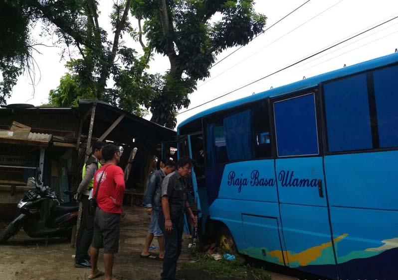 Tabrak Sepeda Motor, Bus Rajabasa Utama Masuk Siring