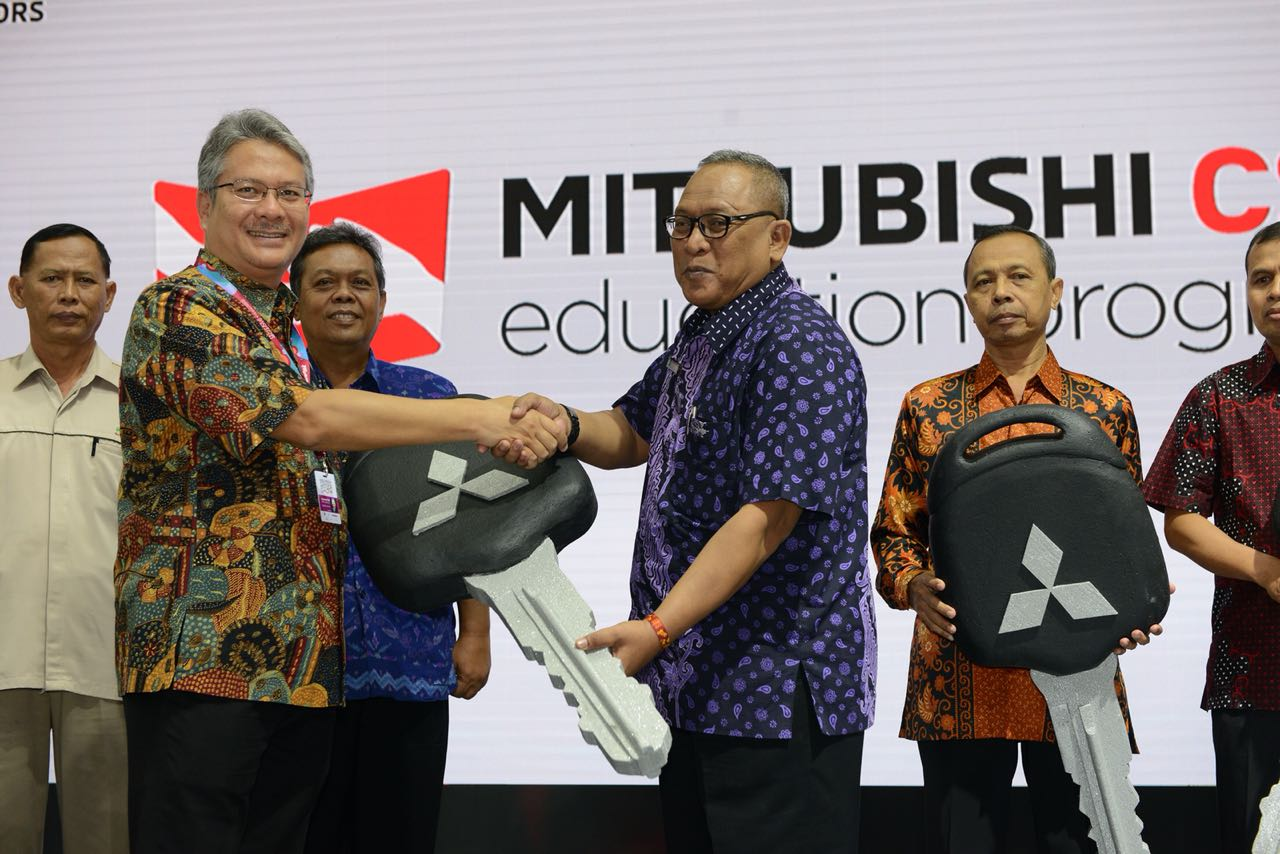 LAMPUNG POST | Mitsubishi Donasikan 5 Unit Mirage ke 5 SMK Termasuk Lampung