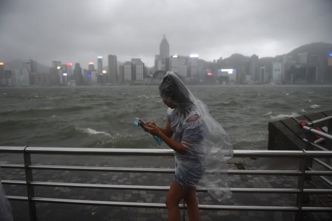 LAMPUNG POST | Topan Hato Hantam Hong Kong, 12 Orang Tewas