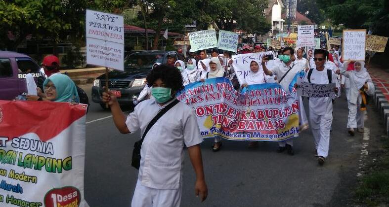 LAMPUNG POST | Long March, Perawat se-Lampung Tuntut Penyesuaian Upah