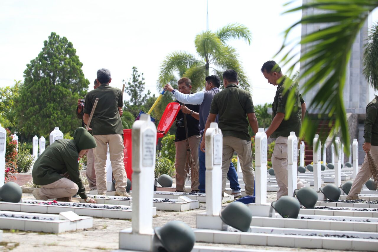 Penrem Korem 043 Gatam Ajak Media Bersih-bersih Makam  Pahlawan