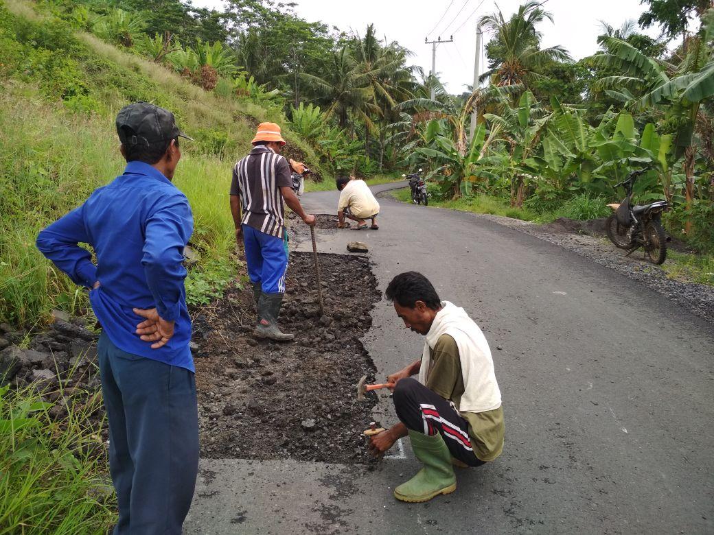 LAMPUNG POST | Haes Grup Perbaiki Jalan Rusak Akibat Aktivitas Perusahaan Batu di Bakauheni